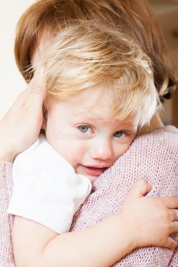 Bebé calmante de la mamá fotografía de archivo libre de regalías