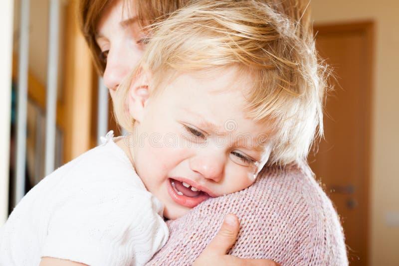 Bebé calmante de la mamá imagen de archivo