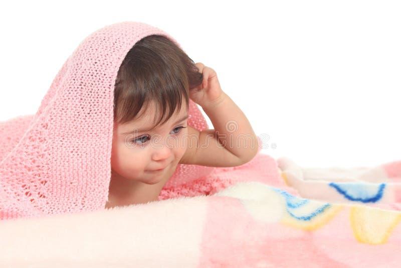 Bebé cansado bajo una manta rosada imagen de archivo libre de regalías
