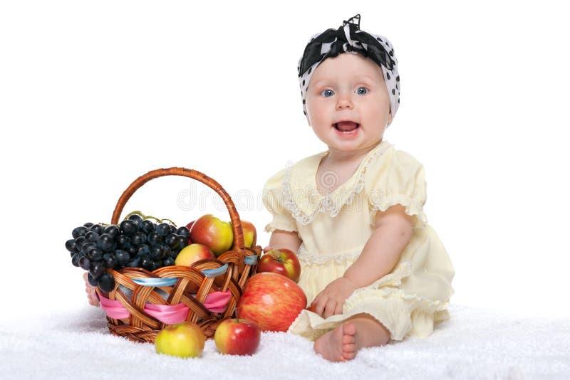 Bebé cerca de una cesta con las verduras fotografía de archivo libre de regalías