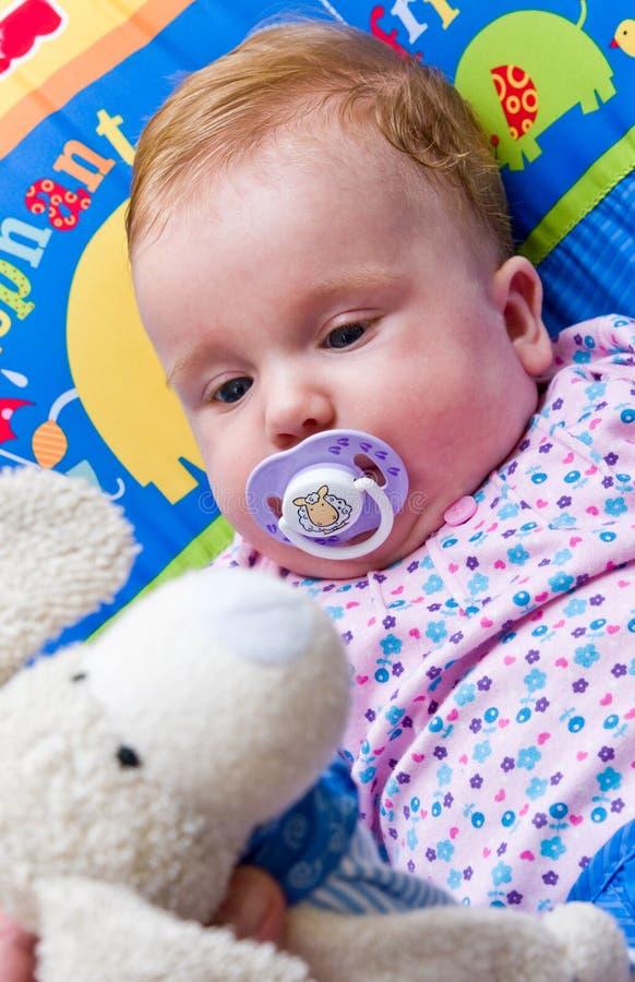 Bebé com brinquedo macio imagem de stock royalty free
