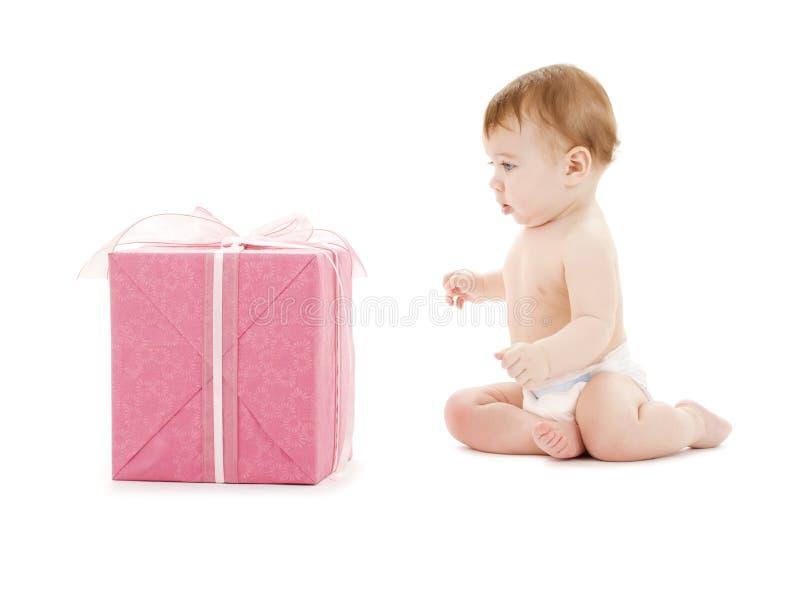 Bebé com a caixa de presente grande fotografia de stock royalty free