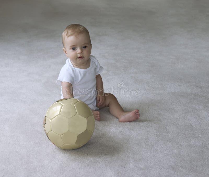 Bebé com esfera de futebol foto de stock
