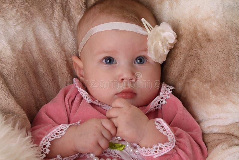 Bebé com headband da flor foto de stock royalty free