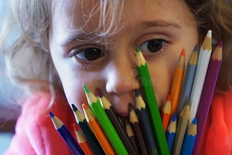 Bebé com lápis coloridos foto de stock royalty free