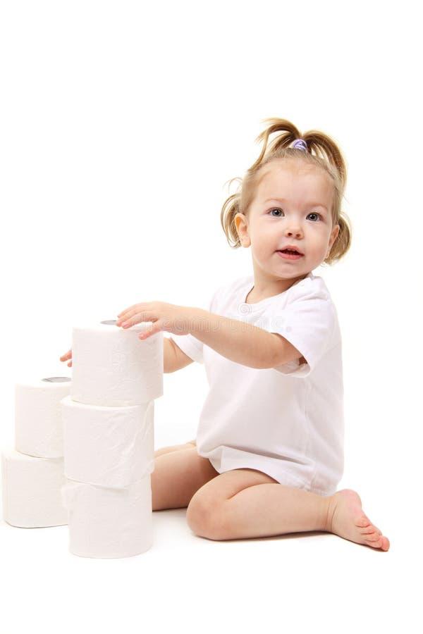 Bebé com papel higiénico foto de stock royalty free
