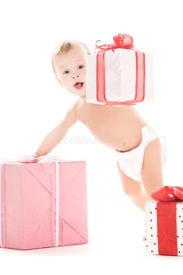 Bebé com presentes imagens de stock