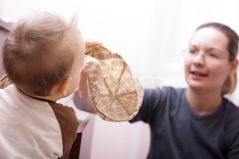 Bebé com seus vestidos da matriz. fotos de stock royalty free