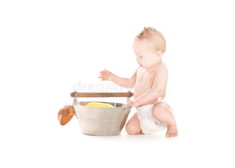 Bebé com wash-tub e colher fotos de stock royalty free
