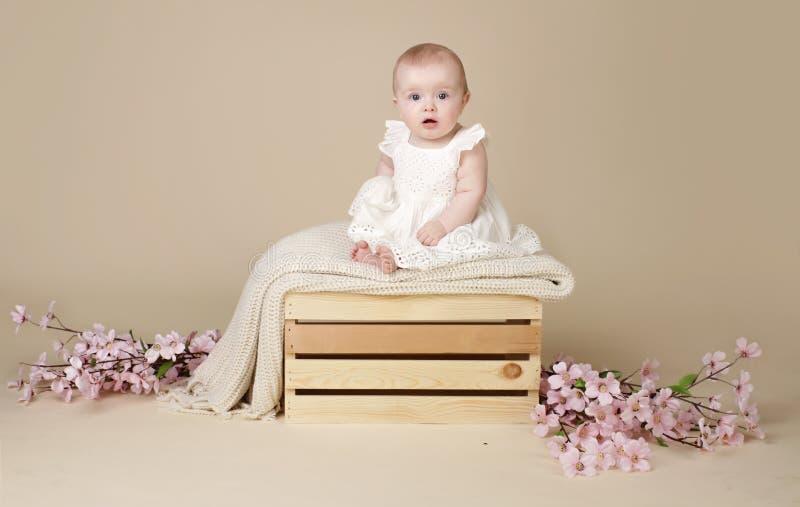 Bebé con Cherry Blossom Flowers en vestido de la primavera en Blanke imagen de archivo