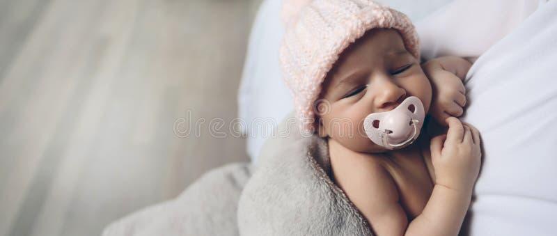 Bebé con dormir del pacificador imagenes de archivo