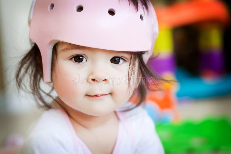 Bebé con el casco ortopédico imagen de archivo