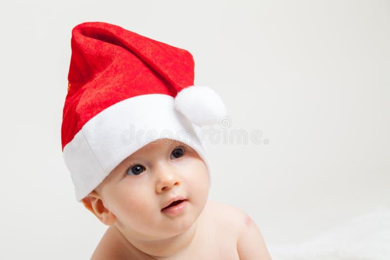 Bebé con el casquillo de la Navidad foto de archivo