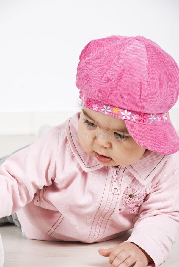 Bebé con el casquillo rosado que se acuesta imágenes de archivo libres de regalías