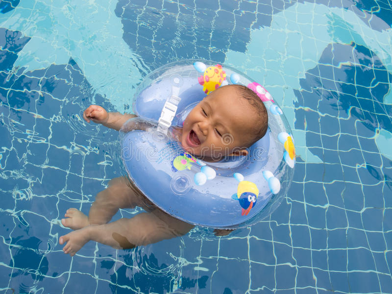 Bebé con el flotador imagen de archivo