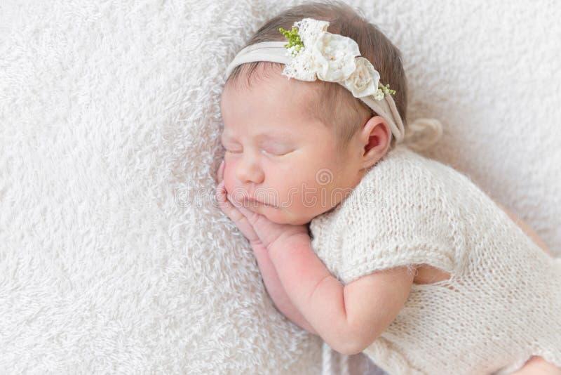 Bebé con el hairband blanco, vestido en traje imágenes de archivo libres de regalías