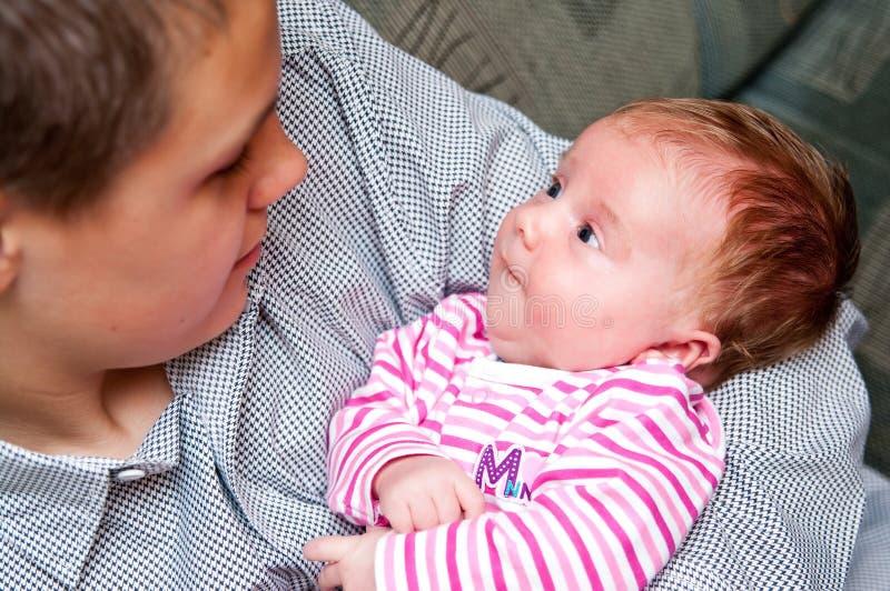 Bebé con el hermano adolescente fotos de archivo libres de regalías