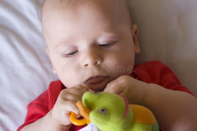 Bebé con el juguete imagen de archivo