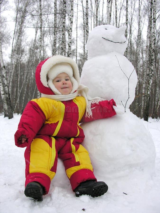 Bebé con el muñeco de nieve imágenes de archivo libres de regalías