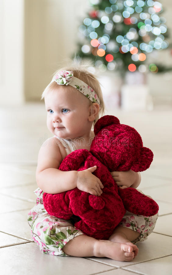 Bebé con el oso y el árbol de navidad de peluche foto de archivo libre de regalías