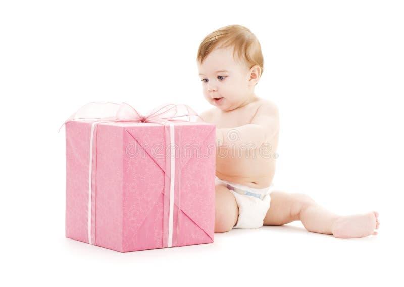 Bebé con el rectángulo de regalo grande imagenes de archivo