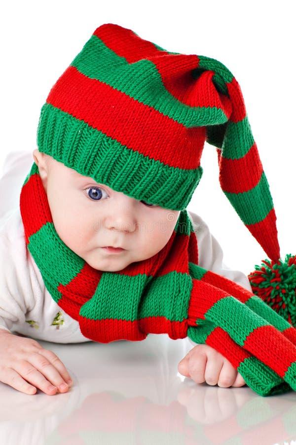 Bebé con el sombrero y la bufanda de la Navidad imagenes de archivo