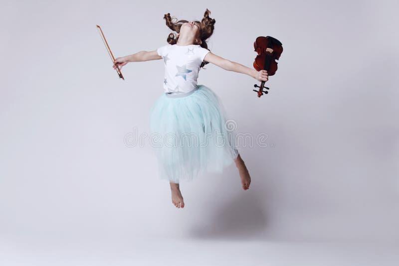 Bebé con el violín foto de archivo