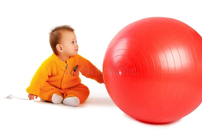 Bebé con la bola imágenes de archivo libres de regalías
