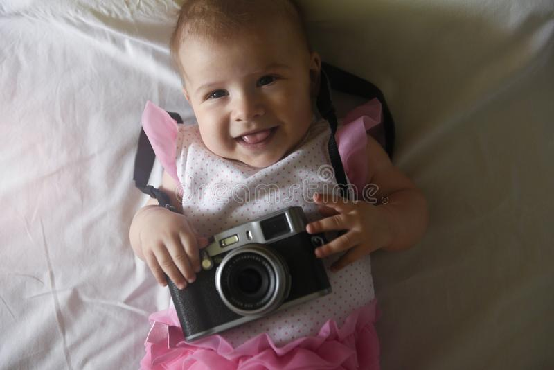 Bebé con la cámara de la foto foto de archivo libre de regalías