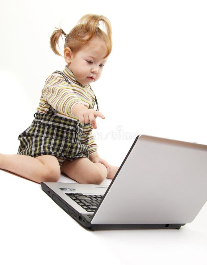 Bebé con la computadora portátil fotos de archivo