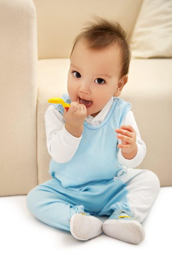 Bebé con la cuchara foto de archivo