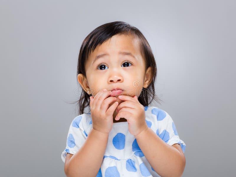 Bebé con la expresión divertida de la cara imagen de archivo