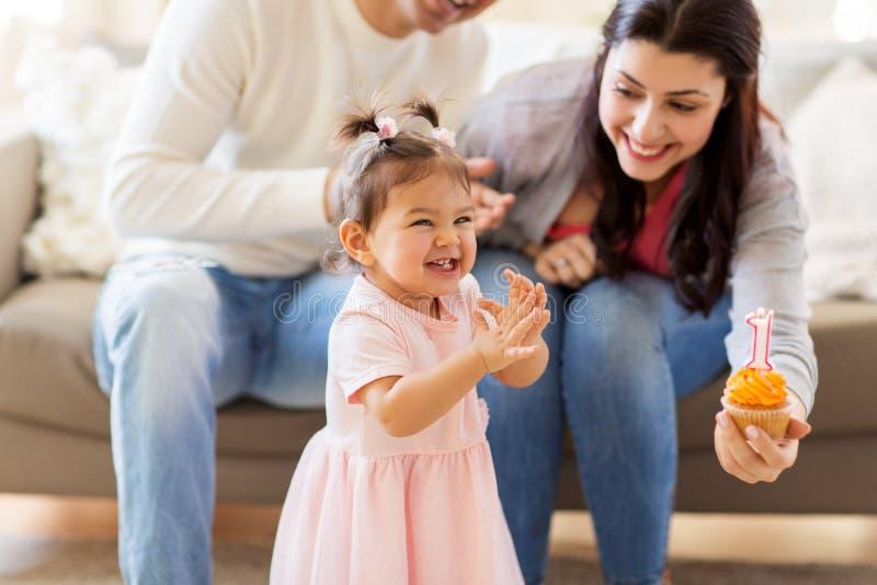 Bebé con la fiesta de cumpleaños de los padres en casa imagen de archivo