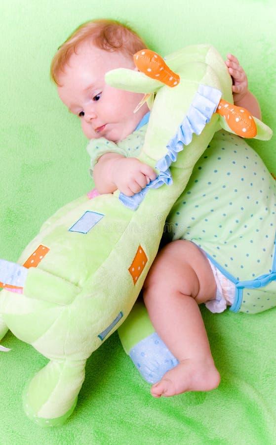 Bebé con la jirafa del juguete foto de archivo libre de regalías