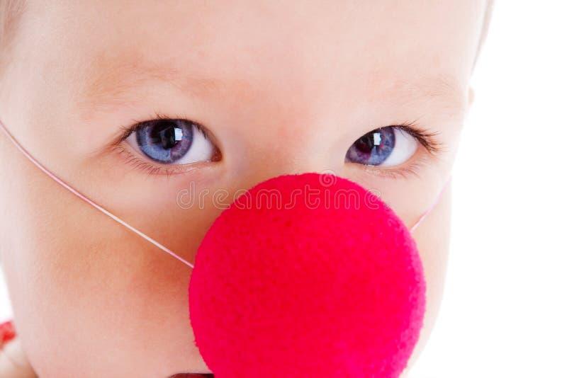 Bebé con la nariz del payaso imagenes de archivo