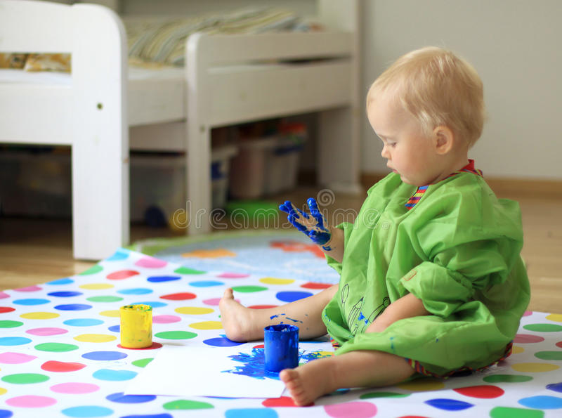 Bebé con la pintura en las manos imagen de archivo libre de regalías