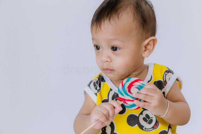Bebé con la piruleta, tarjeta del feliz cumpleaños Beb? de la moda imagenes de archivo