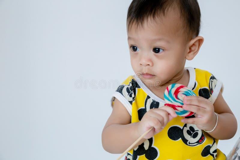 Bebé con la piruleta, tarjeta del feliz cumpleaños Beb? de la moda fotografía de archivo