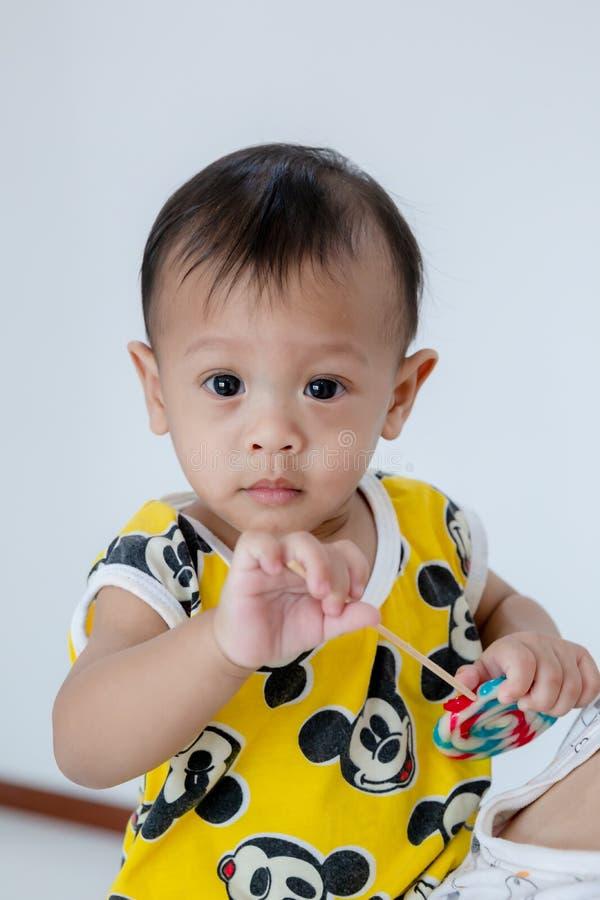 Bebé con la piruleta, tarjeta del feliz cumpleaños Beb? de la moda fotos de archivo