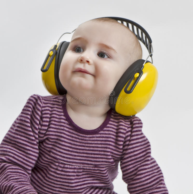 Bebé con la protección auditiva foto de archivo libre de regalías