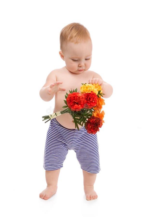 Bebé con las flores imagenes de archivo