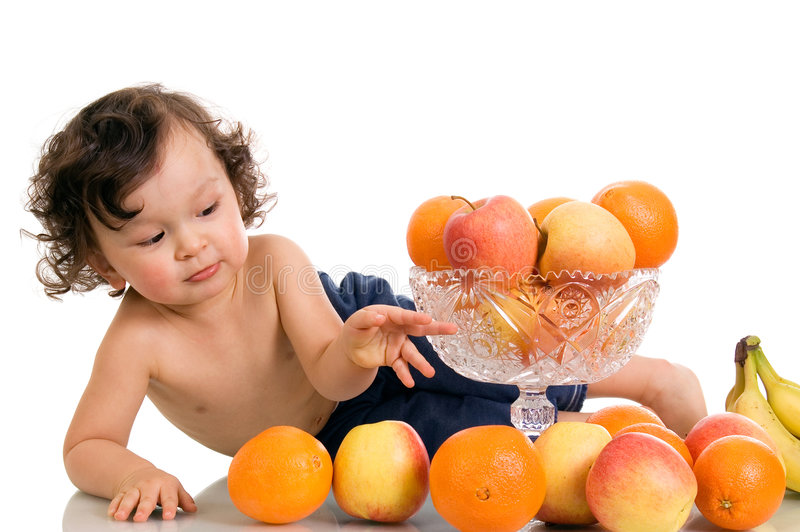 Bebé con las frutas. fotografía de archivo