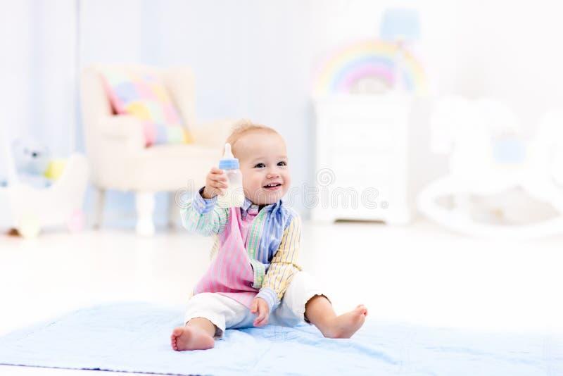 Bebé con leche de consumo o fórmula de la botella imagen de archivo