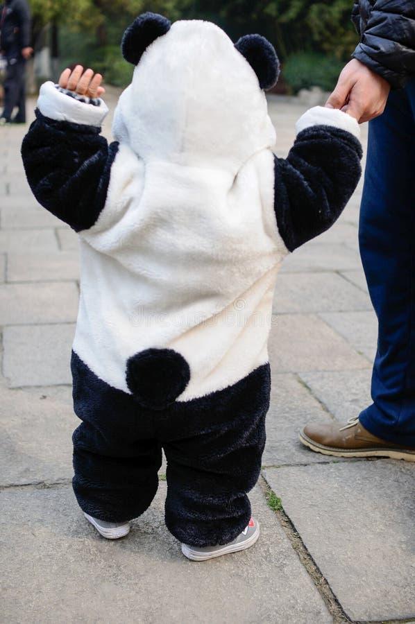 Bebé con Panda Clothe imágenes de archivo libres de regalías