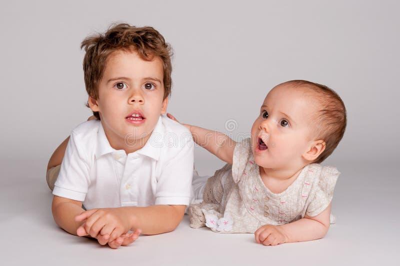 Bebé con su Brother. fotos de archivo libres de regalías