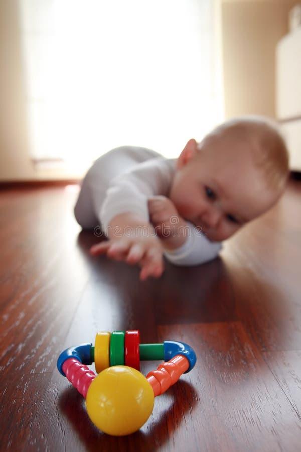 Bebé con sus primeros juguetes imagen de archivo libre de regalías