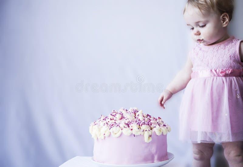 Bebé con un cumpleaños grande de la torta fotografía de archivo