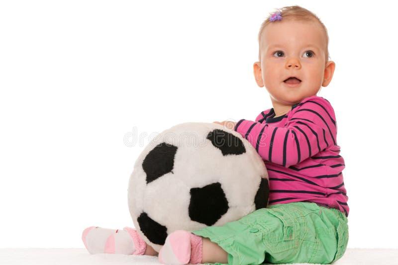 Bebé con una bola grande del juguete fotografía de archivo