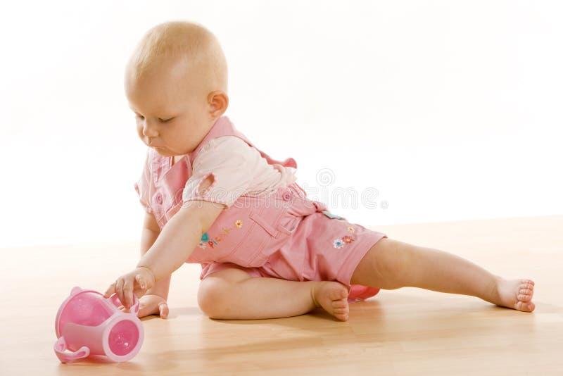 Bebé con una taza imágenes de archivo libres de regalías
