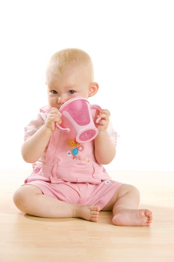 Bebé con una taza foto de archivo libre de regalías